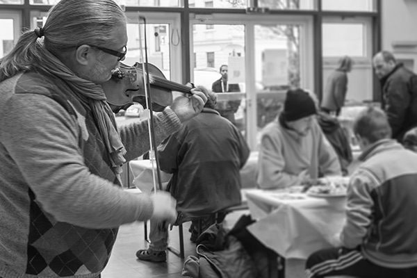 Prof. Igor Epstein spielt Geige für Obdachlose, Foto: Anatoliy Stepanko