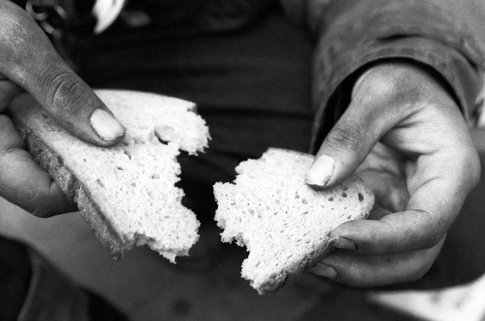 Ein Leben von der Hand in den Mund. Hände eines Obdachlosen fotografiert von Karin Richert
