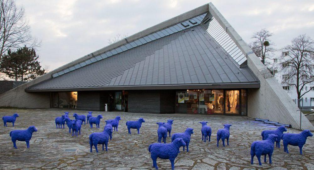 Blaue Friedensschafe von Bertamaria Reetz vor der Kulturkirche Ost in Köln-Buchforst anlässlich ihrer Ausstellung (21.03. - 18.04.2018), Foto: Anatoliy Stepanko