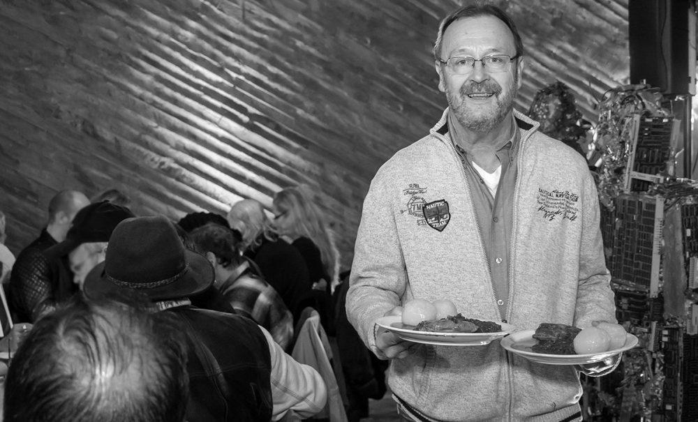 Karl-Heinz Moss bedient als ehrenamtlicher Helfer unsere Gäste beim Weihnachtsessen 2016 in der Kulturkirche Ost mit Rheinischem Sauerbraten, Rotkohl und Klößen, Foto: Anatoliy Stepanko