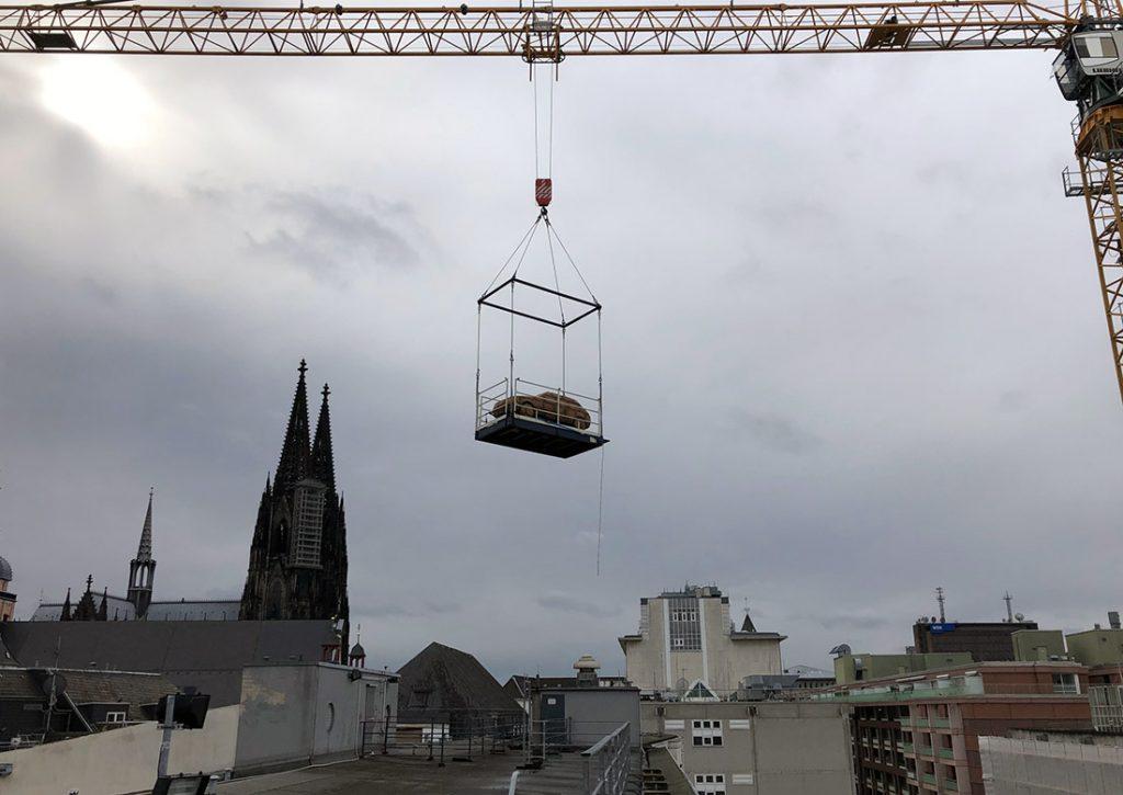 """Transport der HA Schult Skulptur """"Steinerne Zeit"""", Foto: Dirk Kästel"""